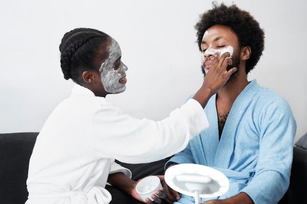 自宅で顔の世話をする男女