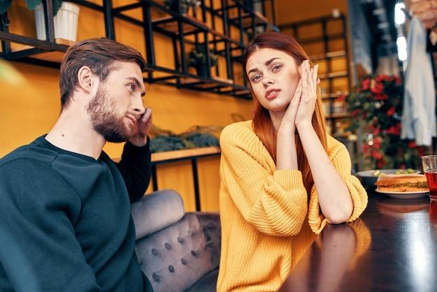 カフェのテーブルで話している男女