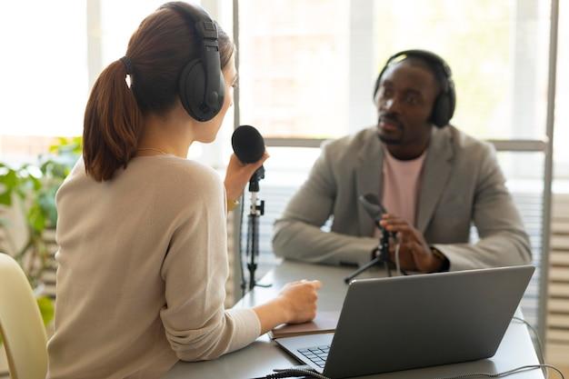 ポッドキャストで話している男性と女性