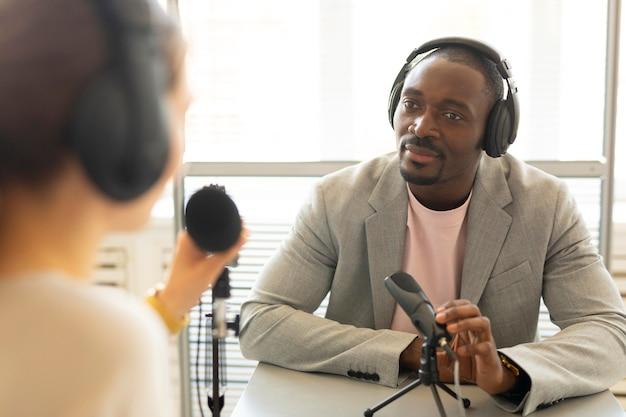 ポッドキャストで話している男性と女性 無料写真