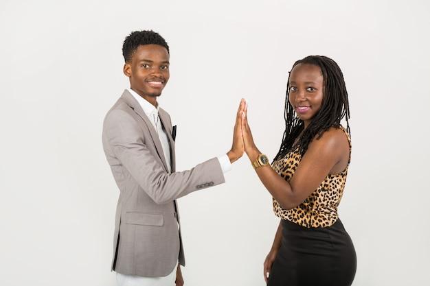 Мужчина и женщина касаются рук