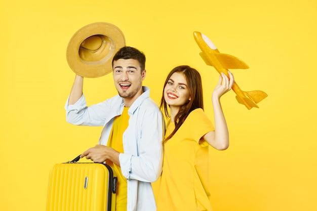 スーツケース、喜び、パスポートを持つ男と女の旅行者