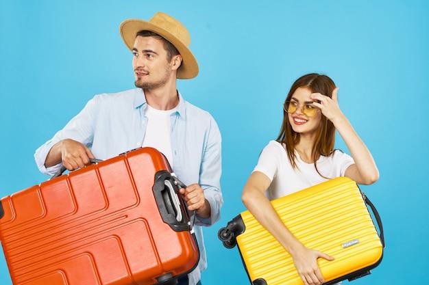 スーツケースを持つ男と女の旅行者