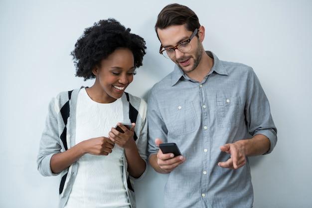 男と女の携帯電話を使用して