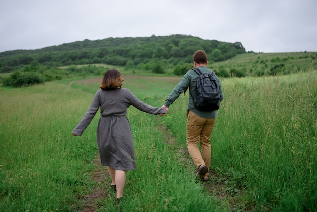 Мужчина и женщина гуляют по полю