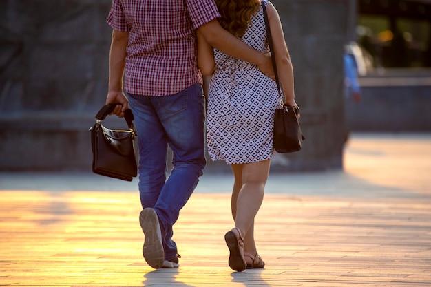 男と女が一緒に通りを歩く