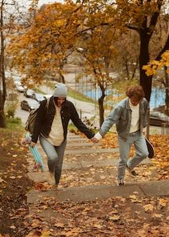 Мужчина и женщина гуляют, держась за руки
