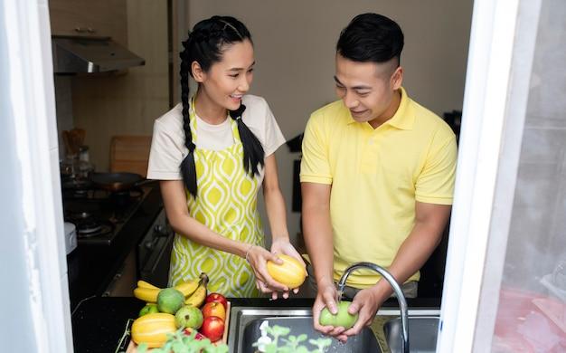 男と女は果物を洗う