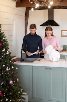クリスマスに一緒に皿を洗う男と女