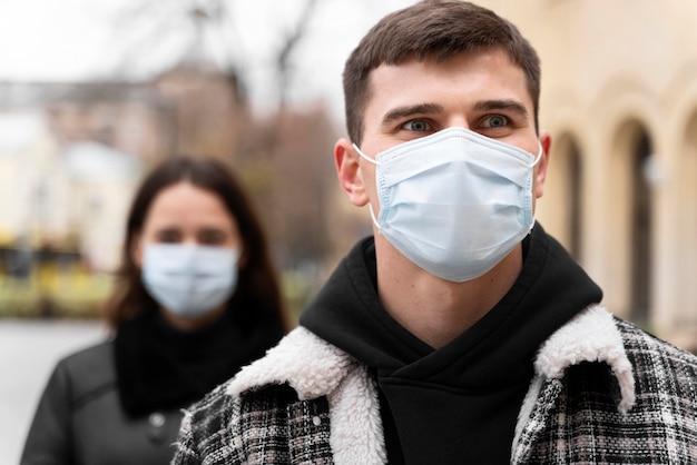 의료 마스크를 착용하는 남자와 여자