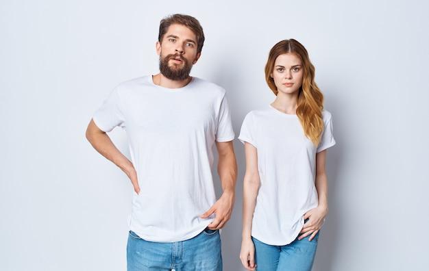 白いtシャツを着ている男性と女性ファッションスタジオデザインカジュアルウェア