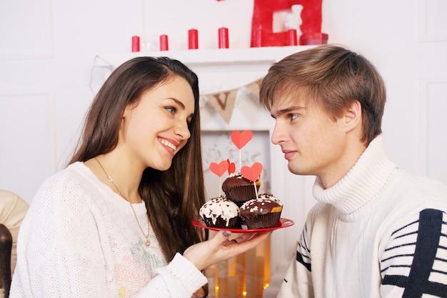 お祝いのチョコレートケーキを持つ男と女