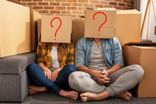 그들의 머리에 상자를 가진 남자와 여자