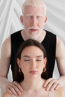 Мужчина и женщина с разными уникальными особенностями