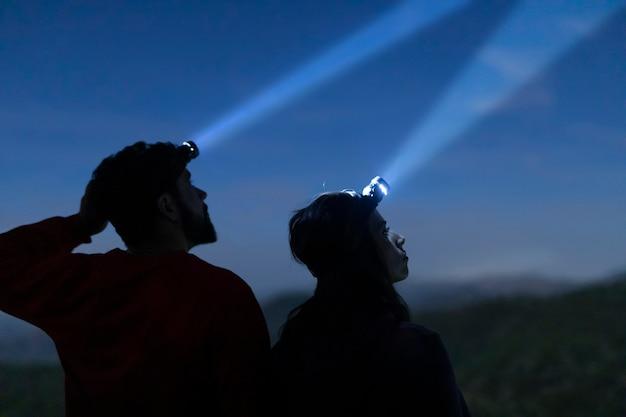 Мужчина и женщина с головным светом