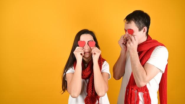Мужчина и женщина с сердечками в глазах