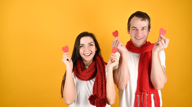 Мужчина и женщина с сердечками в руках
