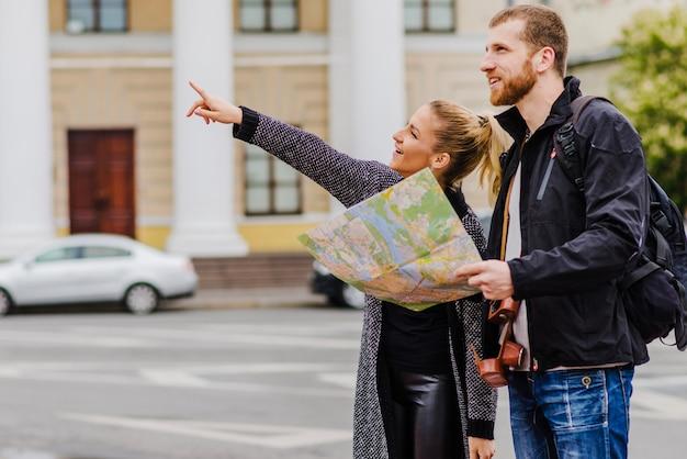 Мужчина и женщина с картой на улице