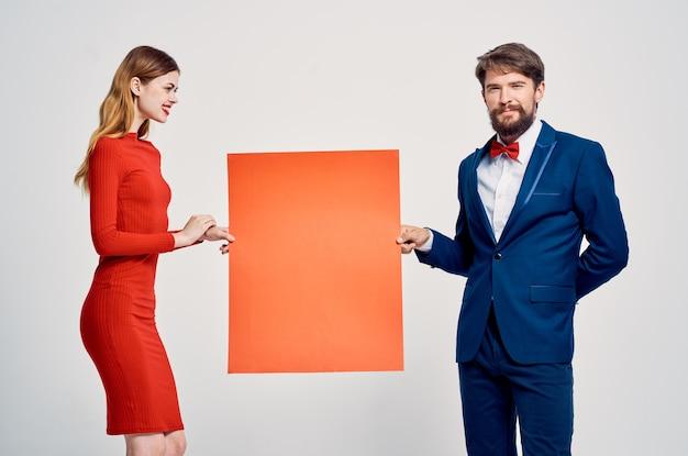 赤いモックアップ広告感情スタジオを持つ男と女