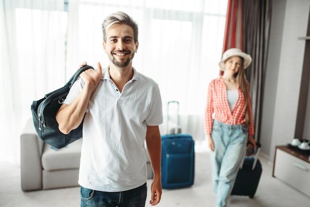 Мужчина и женщина с чемоданами отправились в путешествие