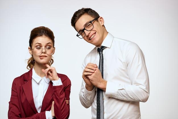 男性と女性の仕事の同僚の役人のコミュニケーションライトウォール。