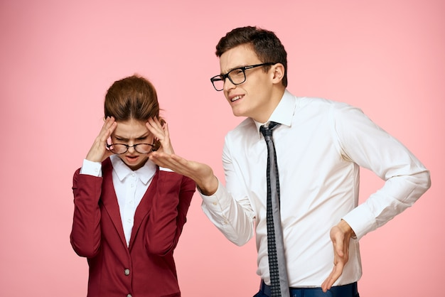 男性と女性の仕事の同僚の専門家の役人ピンクの背景
