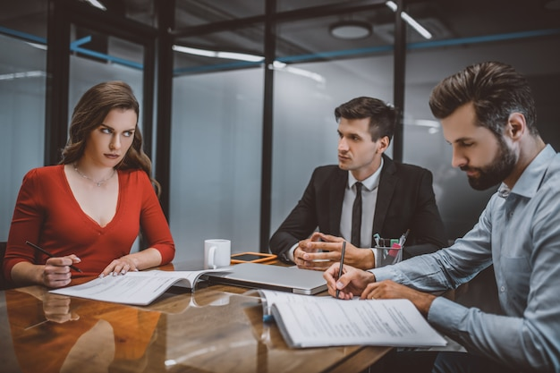 Мужчина и женщина пишут прошение о разводе