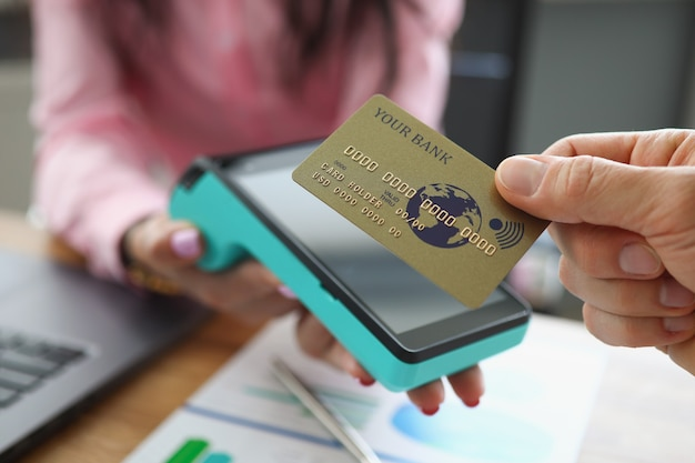 Pos 터미널 근접 촬영에 신용 은행 카드를 적용하는 남자