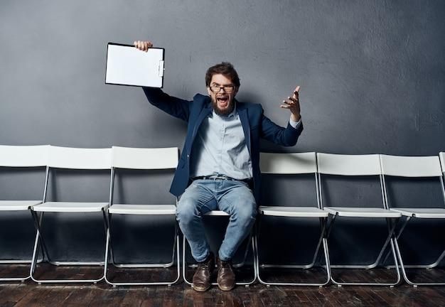 Человек, подающий заявку на работу, заполняет резюме в ожидании собеседования