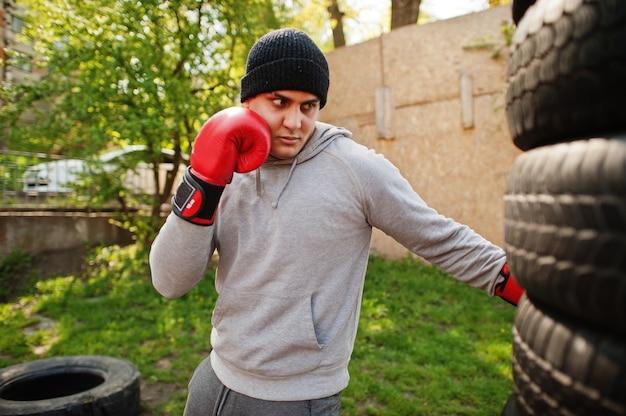 激しい戦いの屋外ジムのための帽子のトレーニングの男アラビアンボクサー。
