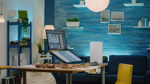 建物モデルでタッチスクリーンモニターを使用する男性建築家