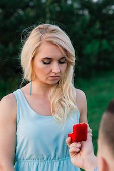 Мужчина спрашивает свою девушку, хочет ли она выйти за него замуж.