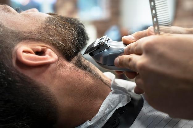 理髪店の男がクローズアップ