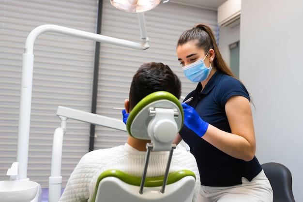 歯科検診の男性。