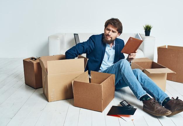 Человек дома коробки с вещами, движущимися рабочий образ жизни