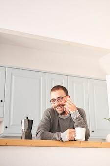 Человек дома за чашкой кофе
