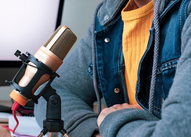 Человек дома разговаривает по микрофону телеработы