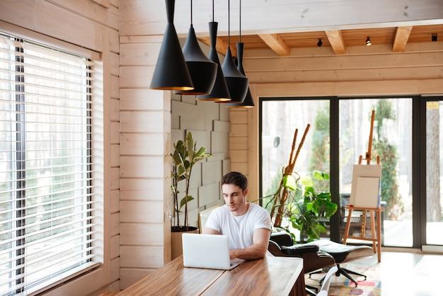 Человек дома с помощью ноутбука. работа из дома