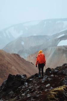 Человек в ландманналаугаре в заповеднике фьяллабак, нагорье исландии