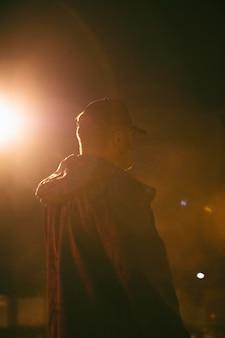 街の夜の男