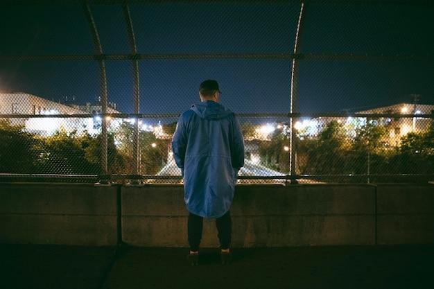 도시의 거리에서 밤에 남자