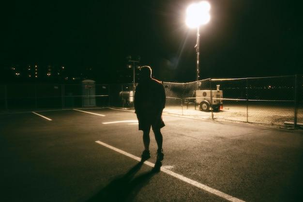 街の通りで夜の男