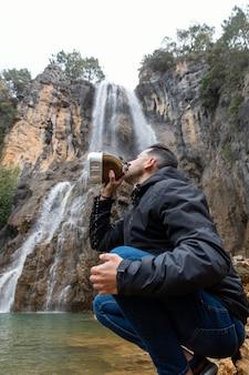 川の飲料水で男