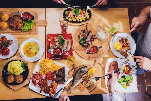 Человек за большим столом с едой.