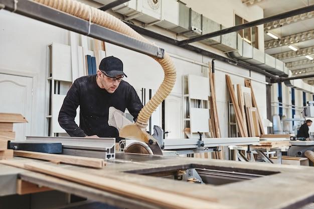 목재 원형 톱을 톱질하는 직장에서 나무 파티클 보드와 섬유판을 톱질하는 기계