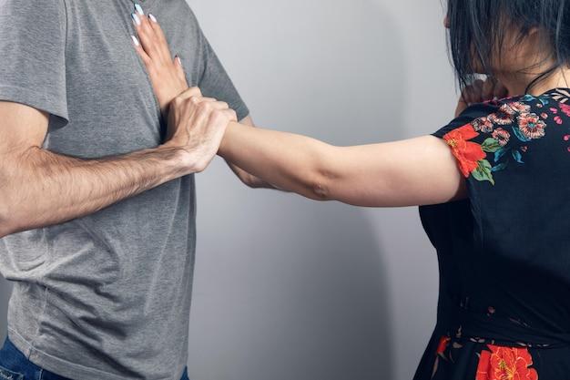 Мужчина нападает на женщину