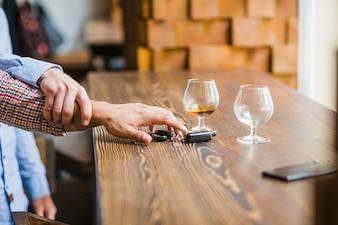 テーブルの車のキーを取って彼女の友人を避ける男