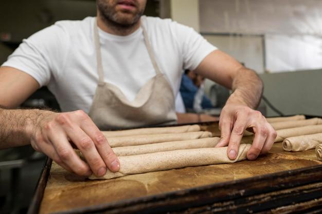 焼きたてのパンを焼く男 無料写真