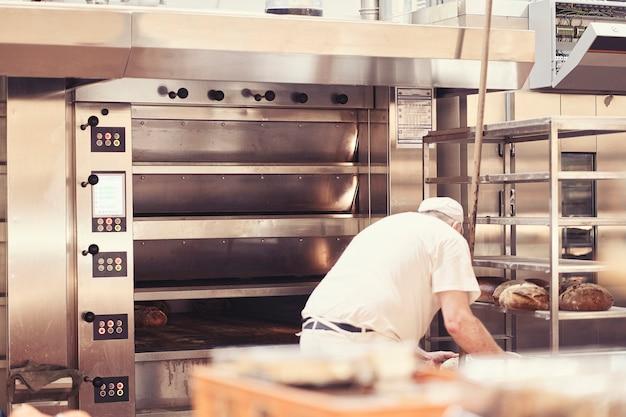 빵집에서 빵을 굽는 남자