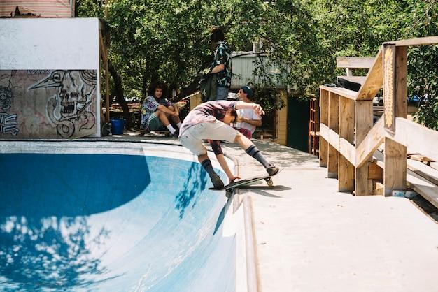 スケートボードで男のバランス